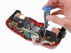 Liberando el conector del control y la placa de audio